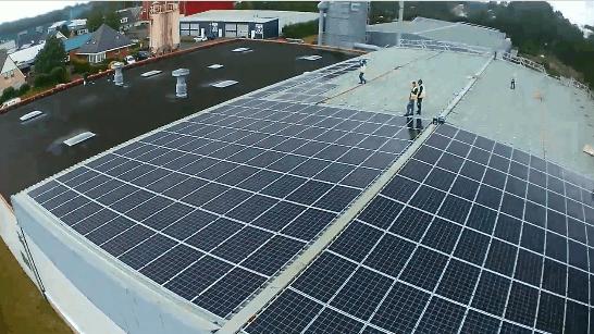 Zonnepanelen op het dak van fabriek Marlan solid surface