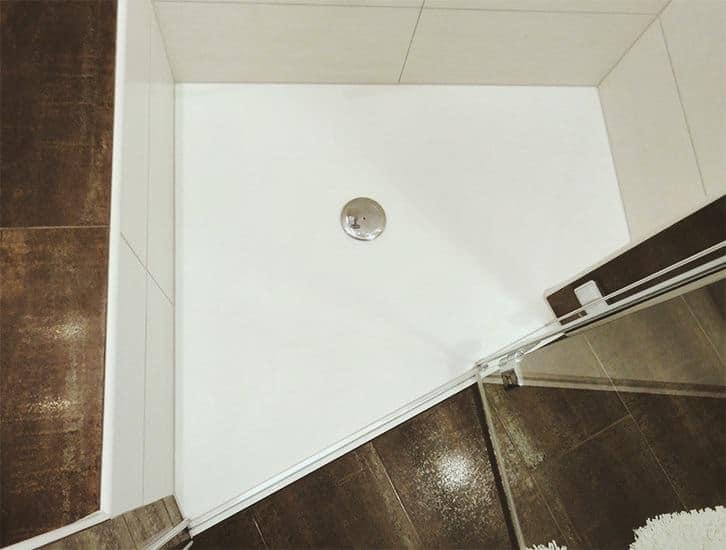 Solid surface douchevloer met gekke hoek