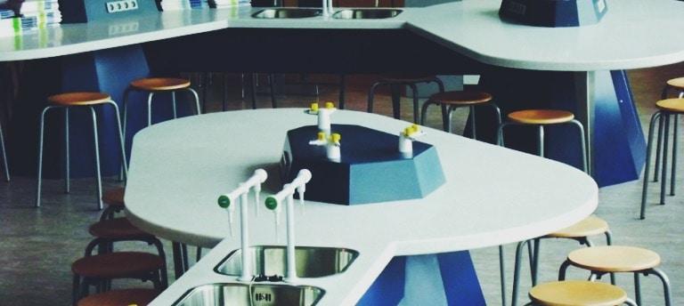 solid-surface-in-school-laboratorium