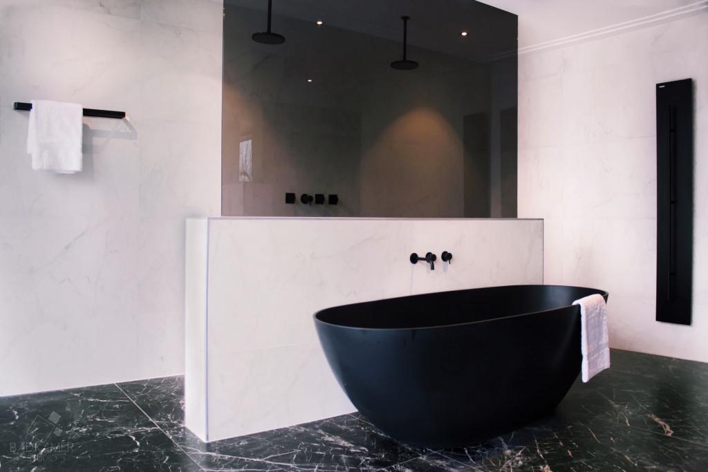 zwart bad van solid surface